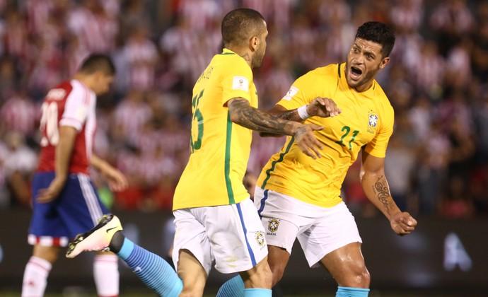 Daniel Alves e Hulk gol Paraguai x Brasil (Foto: Lucas Figueiredo / MoWA Press)
