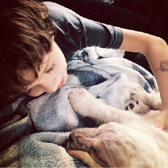 Filho de Vanessa está com 7 anos. Na foto, ele posa com o cão Victor (Foto: Arquivo Pessoal)