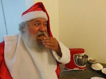 Papai Noel prova um dos cookies (Foto: Tatiana Lopes/G1)