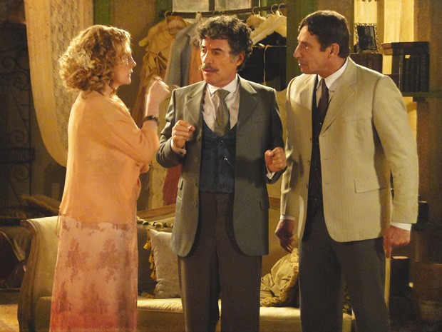 Mário tenta apartar a briga dos dois, causada pelo ciúme de Frederico (Foto: Lado a Lado/TV Globo)