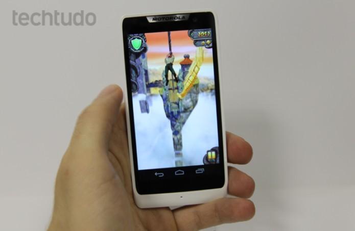 Motorola Razr D3 roda bem jogos como o Temple Run 2 (Foto: Elson de Souza/TechTudo)