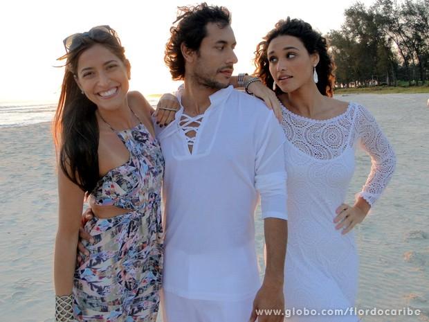 Vai rolar um clima entre Lino e Taís, enquanto Carol faz fotos do casal (Foto: Flor do Caribe / TV Globo)
