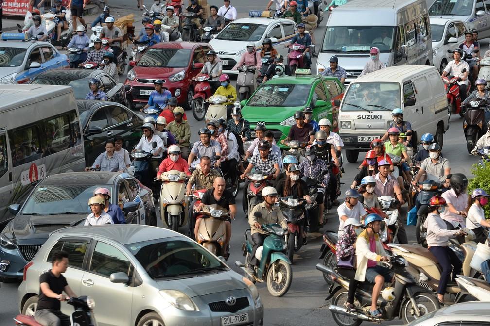 Caótico trânsito de Hanói, no Vietnã (Foto: HOANG DINH Nam / AFP)