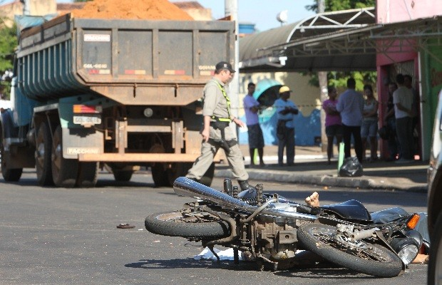 Motoqueiro morreu após bater em traseira de caminhão (Foto: Diomício Gomes/Jornal O Popular)