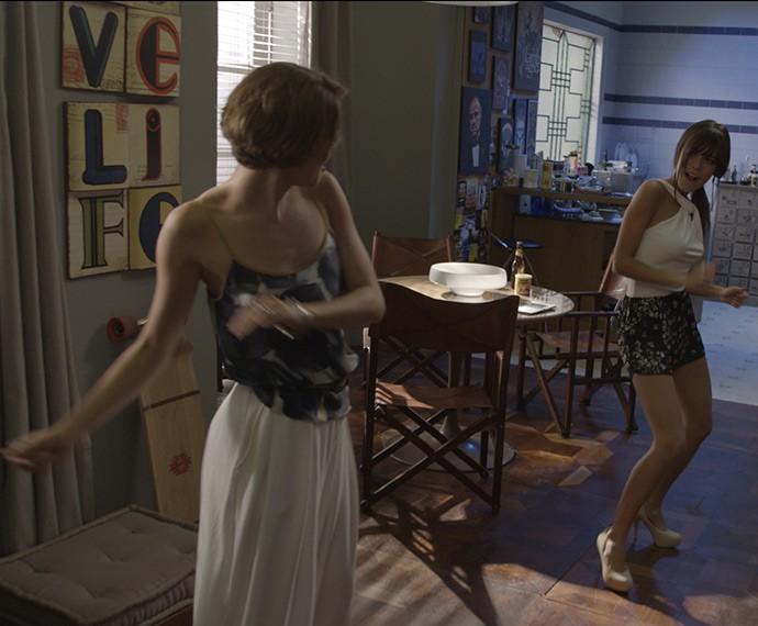 Sophie Charlotte e Carla Salle dançam no estúdio (Foto: TV Globo)