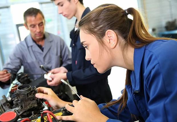 Homens e mulheres em fábrica ; trabalhadores ; diferença salarial entre homens e mulheres ; desigualdade ;  (Foto: Thinkstock)