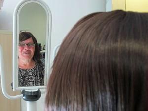 Francisca Rodrigues recebeu a peruca sintética do hospital do câncer de São Paulo (Foto: Vanessa Fajardo/ G1)