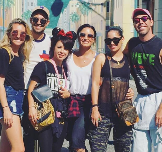Demi Lovato e Lauren Abedini com amigos na Disney (Foto: Reprodução/Instagram)