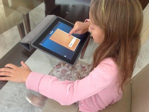 A pequena Maria Fernanda com o Studying Pad (Foto: Álbum de família)