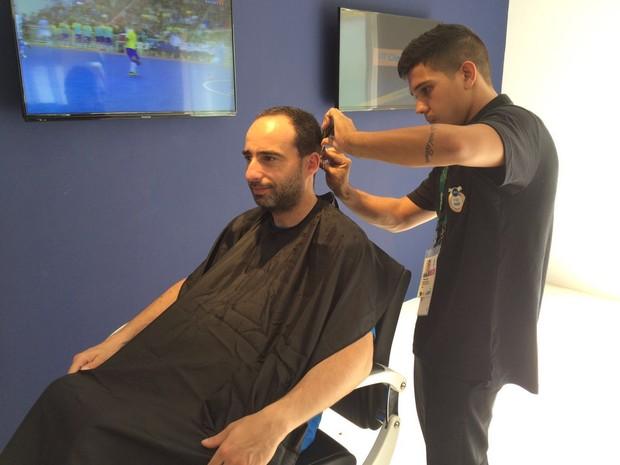 Corte de cabelo faz sucesso entre os serviços da Vila dos Atletas (Foto: Cristina Boeckel/ G1)