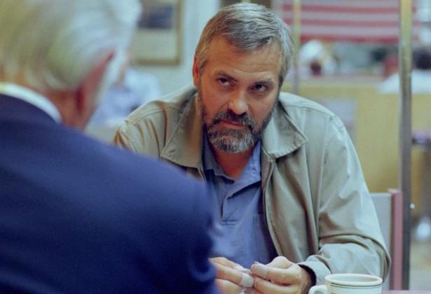 George Clooney machucou as costas tão gravemente durante as filmagens de 'Syriana — A Indústria do Petróleo' (2005) que passou a ter enxaquecas após o incidente. Hoje ele controla melhor essas intensas dores de cabeça, mas, na época, chegou a cogitar o suicídio, tamanha a angústia. (Foto: Reprodução)