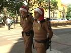 Policiais militares trocam boina por touca de Papai Noel no interior do PR