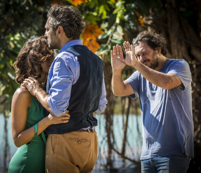 Diretor Gustavo Fernandez repassa a cena com Domingos Montagner e Camila Pitanga (Foto: Inácio Moraes/ Gshow)