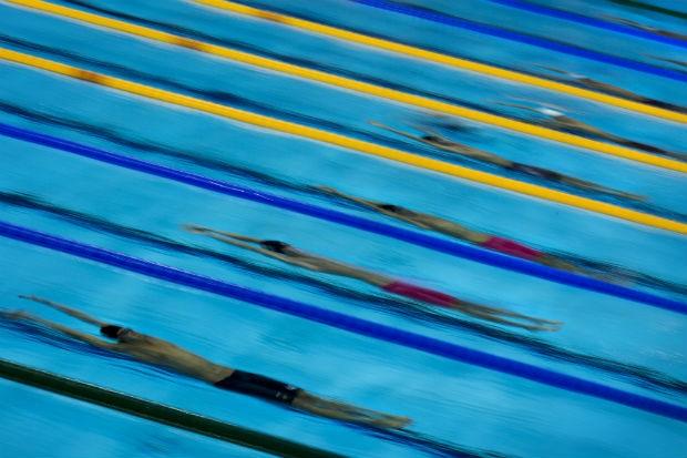 Nadadores são vistos submersos durante largada da semifinal dos 200 metros costas masculino, na quarta-feira (1º) (Foto: Mauricio Lima/ÉPOCA)