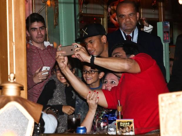 Neymar posa com fãs em restaurante em São Paulo (Foto: Manuela Scarpa/ Foto Rio News)