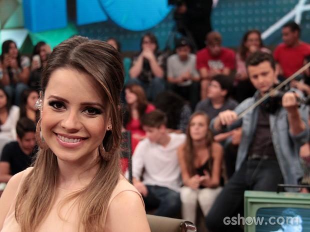 Sandy posa para foto durante o intervalo da gravação (Foto: TV Globo/Altas Horas)