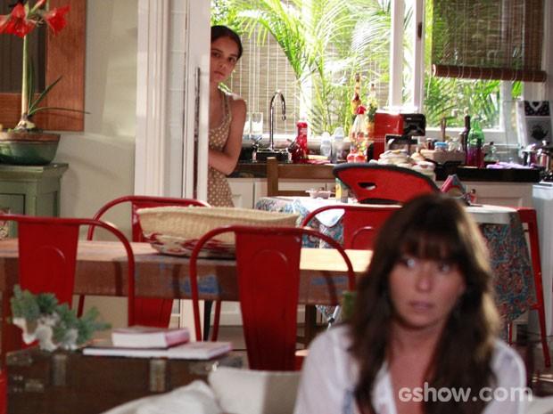 Escondida, Gorete ouve a conversa da patroa com Clara (Foto: Ellen Soares / TV Globo)