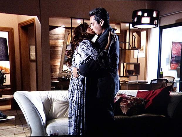 Helô e Stenio se beijam (Foto: Salve Jorge/TV Globo)