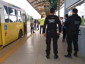 Policiais fazem escolta em terminais urbanos espalhados por Rio Branco  (Foto: Iryá Rodrigues/G1)