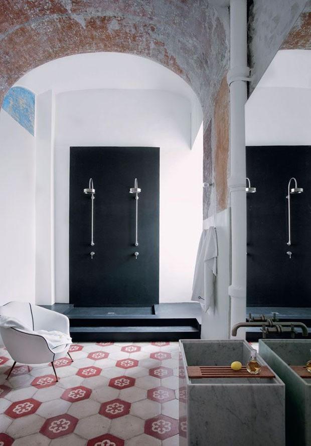 Décor do dia: sala de banho espaçosa com afrescos (Foto: Divulgação)
