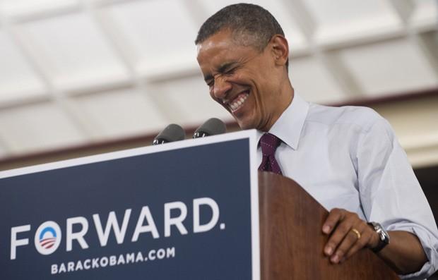 O presidente Barack Obama ri durante evento de campanha em Cincinnati, Ohio, nesta segunda (16) (Foto: Saul Loeb / AFP)