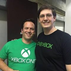 Pérsis Duaik e Phil Spencer, da Microsoft (Foto: Reprodução/Facebook)