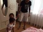 Dentinho faz a maior farra em casa com as gêmeas Sophia e Rafaella