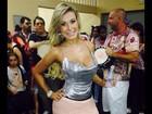 Andressa Urach usa look decotado e curto em ensaio de escola de samba