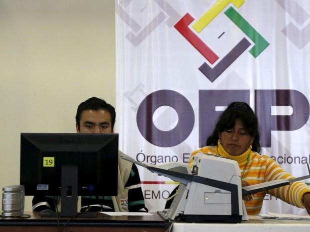 Funcionários do centro de informática do Organismo Eleitoral Plurinacional (OEP) durante a apuração do referendo que impediu Evo Morales de concorrer a um 4º mandato  (Foto: David Mercado/ Reuters)