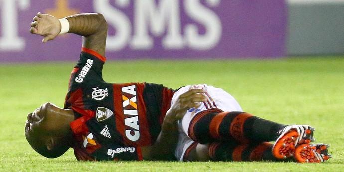 Samir machucado jogo Flamengo x Atlético-PR (Foto: Gilvan de Souza / FlaImagem)