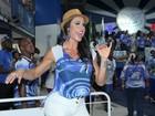 Gracyanne Barbosa cai no samba de shortinho e pernões de fora