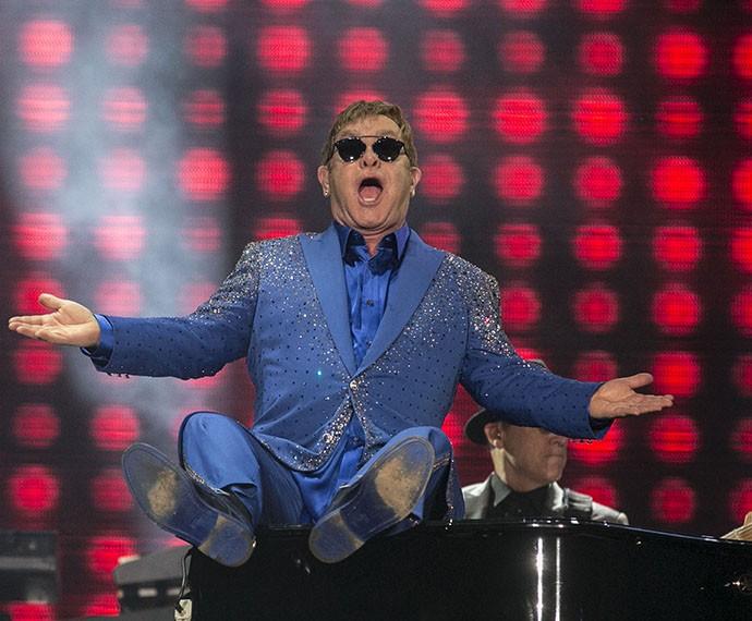 Elton John mostra irreverência e sobe no piano (Foto: Inácio Moraes/Gshow)