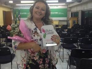 Jornalista Fernanda Lilia recebendo homenagem  (Foto: Divulgação   TV Integração )