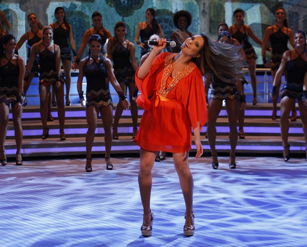 Kamilla incorpora a cantora norte-americana no Domingão (Foto: Domingão do Faustão / TV Globo)