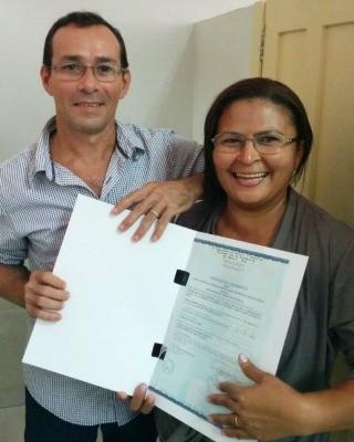 Casal exibe a certidão de registro civil (Foto: Rui Barros/Arquivo Pessoal)