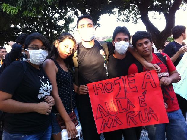 Manifestantes fazem protesto com máscaras, em alusão ao spray de pimenta usado nos protestos em São Paulo (Foto: Gabriela Alves/G1)