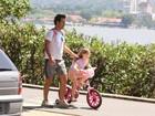 Marcos Palmeira leva a filha para passear de bicicleta