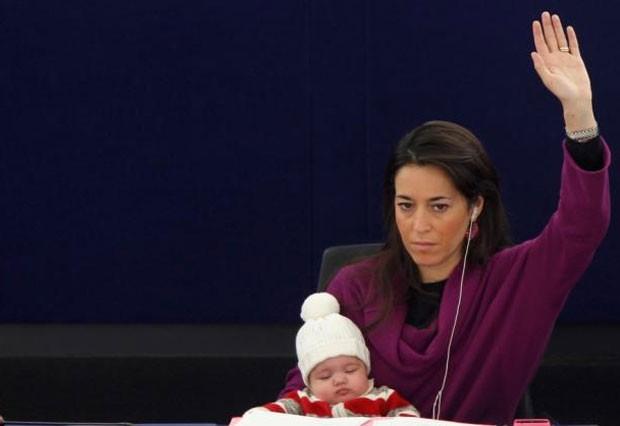 Licia Ronzulli com a filha Victoria no Parlamento Europeu em dezembro de 2010. (Foto: Vincent Kessler/Reuters)