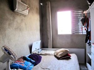 Descarga elétrica causou prejuízos em equipamentos eletrônicos da casa (Foto: Silvio Muniz/G1)