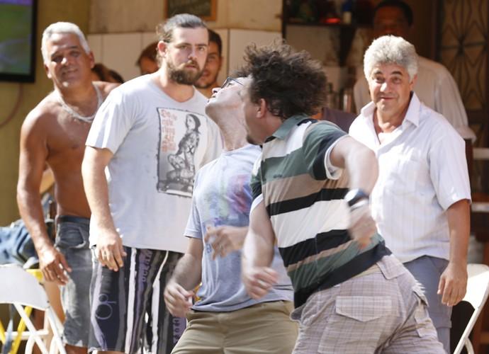 Briga de Rui e Oziel chama atenção dos moradores da Macaca (Foto: Ellen Soares/ Gshow)