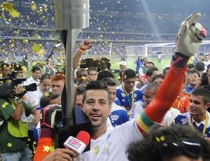 Fábio, goleiro do Cruzeiro, ergue a taça (Foto: Mauricio Paulucci)