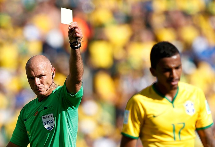 Brasil x Chile -  Howard Webb e Luiz Gustavo (Foto: Reuters)
