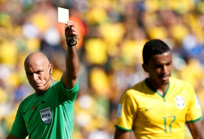 Brasil x Chile -  Howard Webb e Luiz Gustavo (Foto: Reuters)