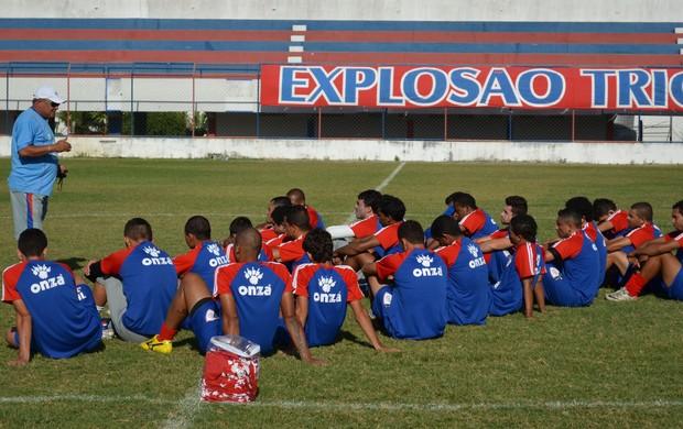 Freitas Nascimento pede mais objetividade nos toques de bola (Foto: João Áquila, GLOBOESPORTE.COM)