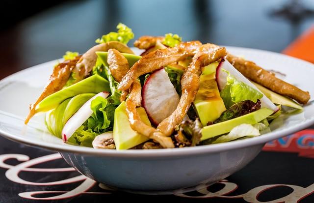 Salada de abacate com frango, funghi fresco, mix de alface, rabanete e molho balsâmico (Foto: Divulgação)