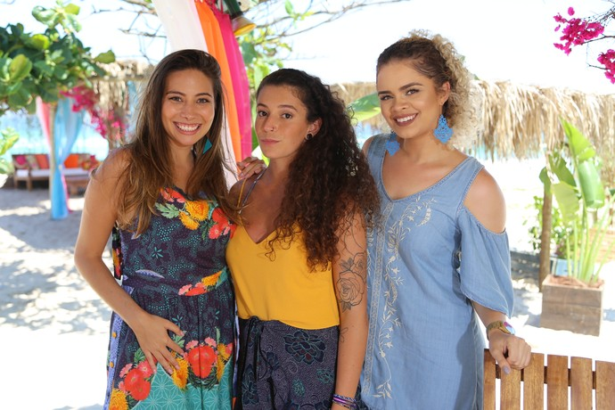 Jade entre Marcela e Nina com um penteado que é a cara do verão  (Foto: Luis Claudio Costa)