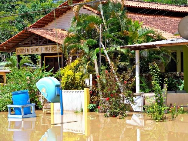 Foto tirada nesta terça-feira (24) mostra Centro de Memória Chico Mendes também foi atingido pela cheia do rio (Foto: Luiza Melo/Arquivo Pessoal)