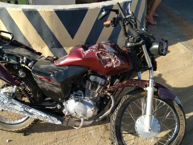 Motocileta ficou destruída (Foto: Divulgação/Polícia Rodoviária Federal)
