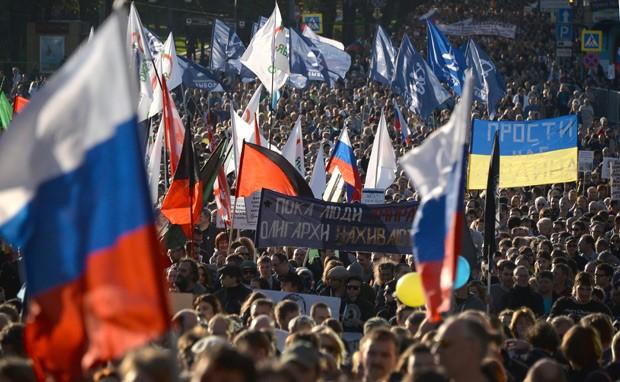 Manifestantes protestam contra a guerra no centro de Moscou neste domingo (21)  (Foto: AFP Photo/Vasily Maximov)