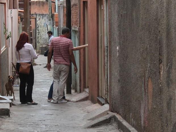 Mulher havia montado uma barricada para impedir que porta fosse aberta (Foto: Valdivan Veloso/G1)